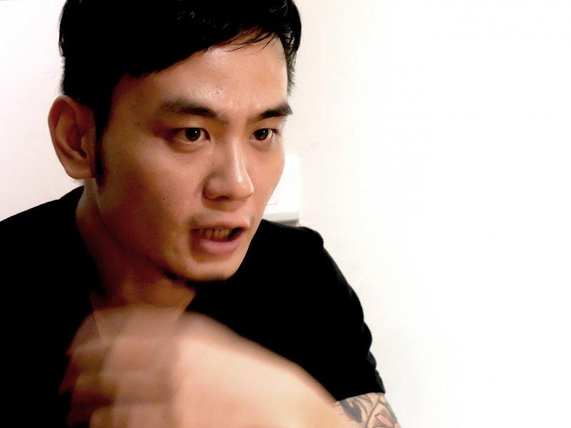 身為關心社會議題的本土歌手,楊大正聊起政治侃侃而談。(圖/謝孟穎攝)