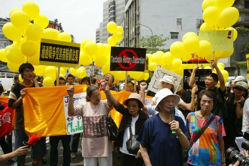 2005年,小桃阿嬤(中)參與815遊行抗議。(取自《蘆葦之歌》官方臉書粉絲頁)