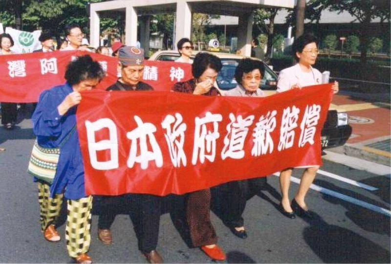 2002,對日訴訟一審敗訴後,在東京街頭遊行抗議。(取自《蘆葦之歌》官方臉書粉絲頁)