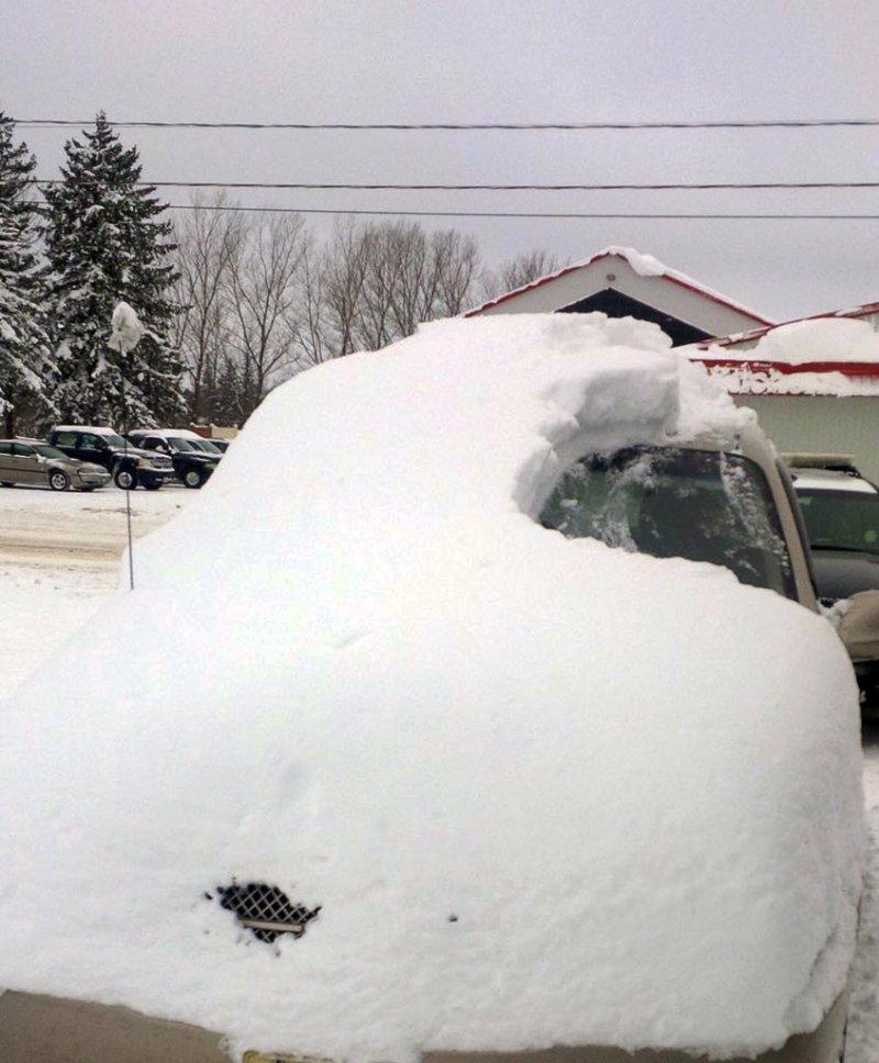 加拿大安大略省,一輛被大雪覆蓋的車子。(美聯社)