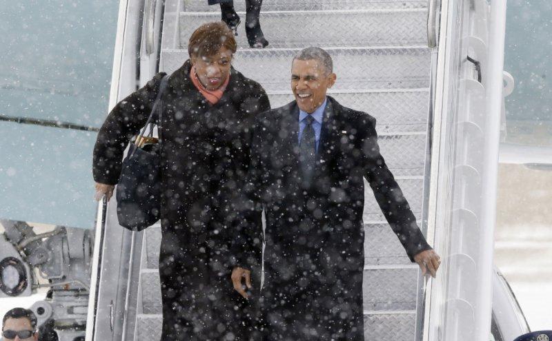 美國總統歐巴馬在大雪中來到底特律,低溫讓他也不禁皺眉。(美聯社)