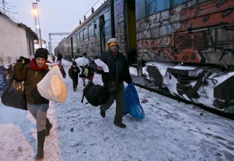 難民跨過塞爾維亞與馬其頓邊界,他們要在歐洲的寒冬中步行超過300公里才會抵達目的地。(美聯社)