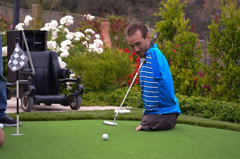 高爾夫球是力克喜愛的運動,推桿也難不倒他。(圖/Discovery提供)
