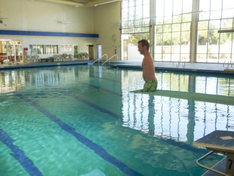 游泳是力克的最愛,因為少了四肢耗氧,他能比常人憋氣更久。(圖/Discovery提供)