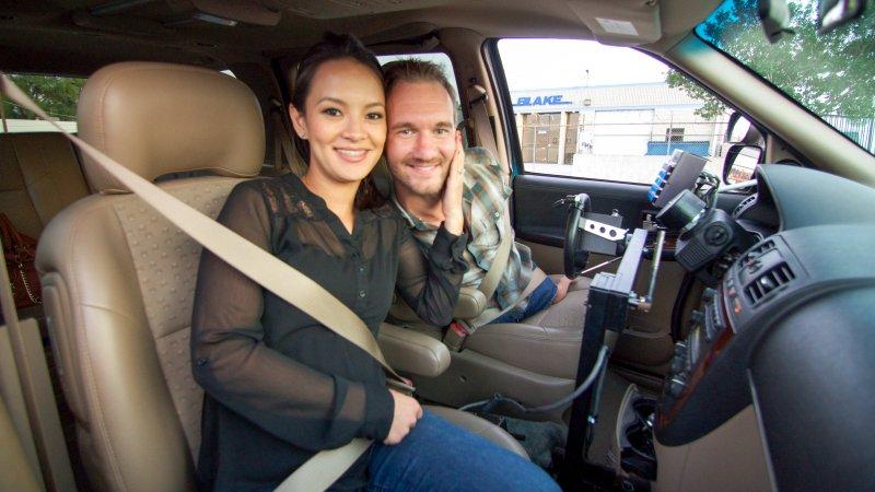 力克拼命練習開車,只為「想載愛妻佳苗去約會」。(圖/Discovery提供)