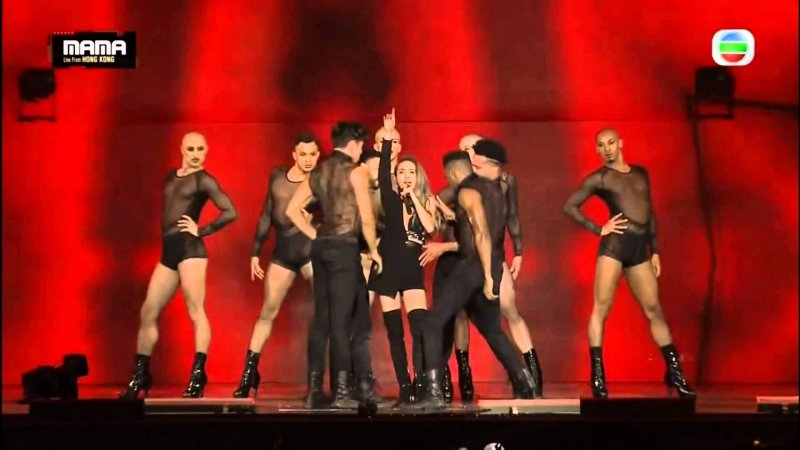 蔡依林在表演中讓男舞者穿高跟鞋,被視為衝撞性別;但其實高跟鞋曾是男性歐洲貴族的標準配備。(圖/Vsoo@Youtube)