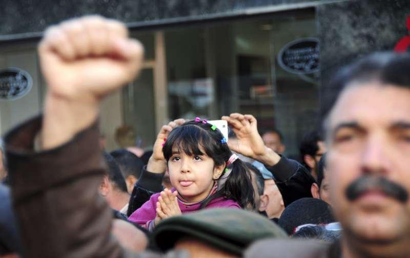 一名突尼西亞小女童在阿拉伯之春5周年紀念活動中合掌(美聯社)