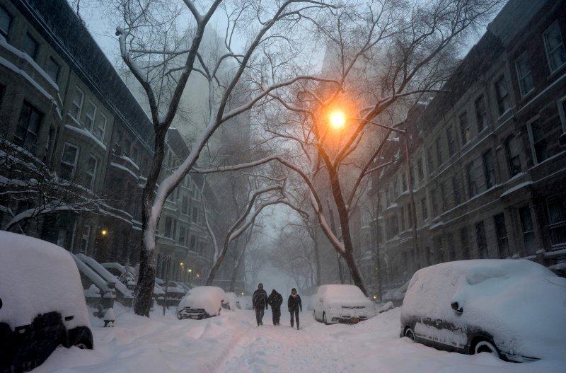 暴風雪中的紐約街道(美聯社)