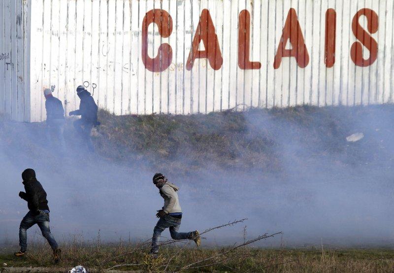 法國加萊前躲避邊境警察的難民。(美聯社)
