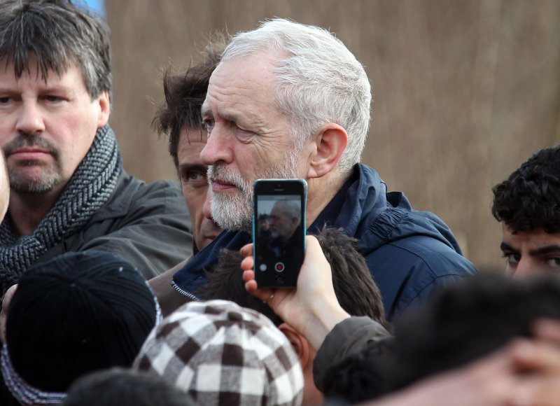 英國工黨黨魁柯賓(白髮者)前往法國北部探視難民。(美聯社)