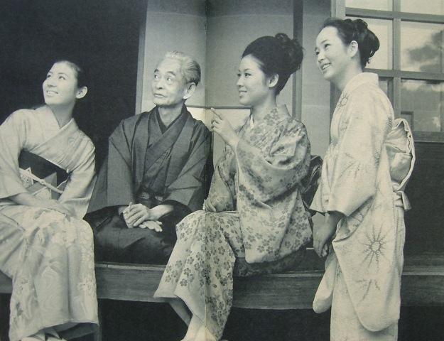 從左到右:南美川洋子、川端康成、若尾文子、梓英子 (千羽鶴首映,1969)