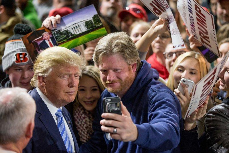 爭取共和黨提名的川普(左)頗孚民望。(美聯社)
