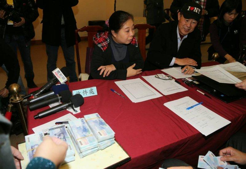 國民黨中常委林榮德由助理交錢,完成黨主席補選領表。(陳明仁攝)