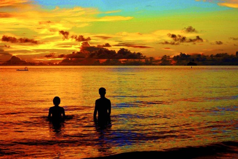 晨昏時分,海面如鏡映照天色,是欣賞帛琉天空的最佳時機。(圖/邱宏照臉書)