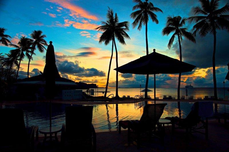 黃昏時分坐在躺椅上悠然看雲看海,是隆冬台灣難有的享受。(圖/邱宏照臉書)