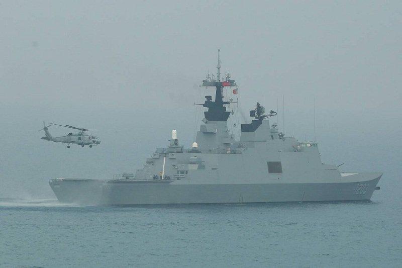 S70C反潛直昇機降西寧(拉法葉級)艦。(顏麟宇攝)