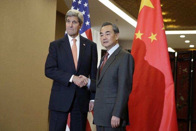 美國國務卿凱瑞(左)與中國外交部長王毅(右)會面(美聯社)