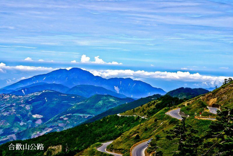 這被不少網友公認為全台最美公路,台14甲線氣勢滂沱的風景,雲海壯麗草原迷人!(圖/轉載自kkday)