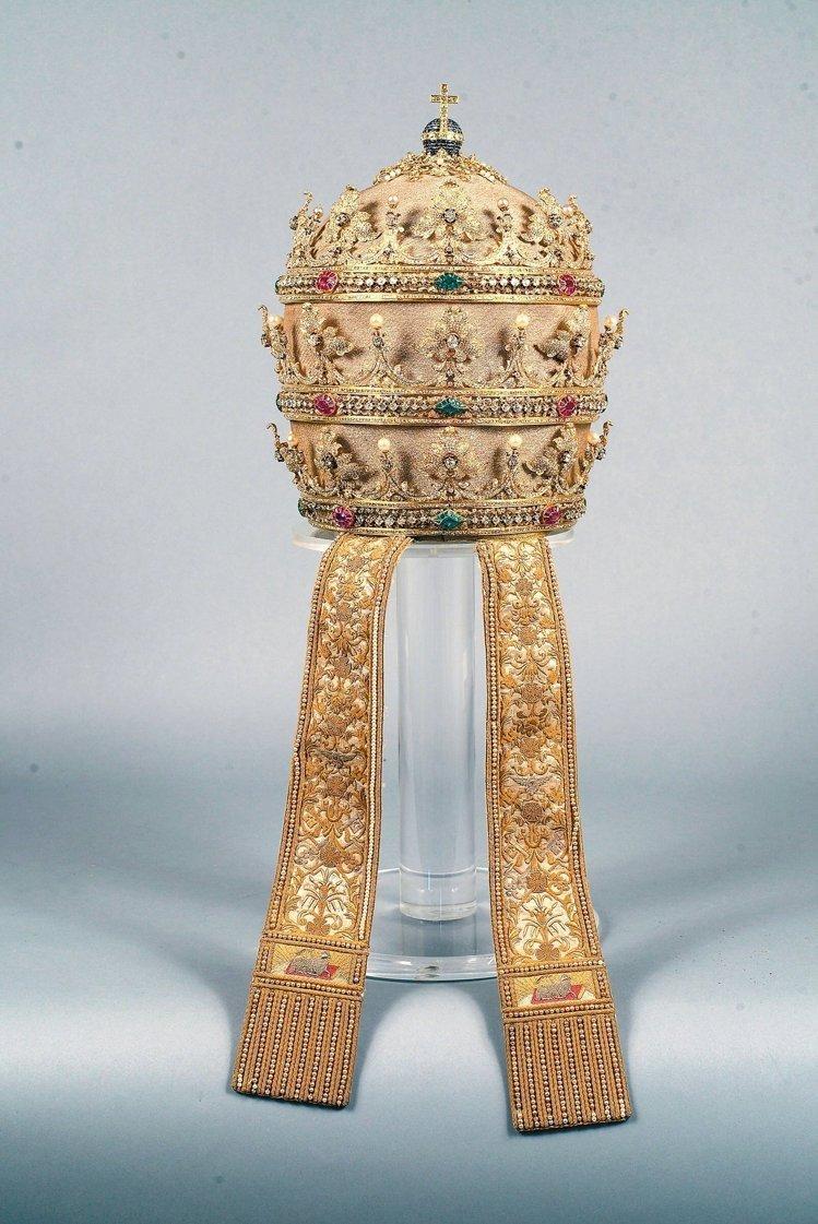 西班牙女王伊莎貝拉二世1854年獻給真福教宗碧岳九世的三重冠。(取自故宮官網,梵諦岡城國政府版權所有)
