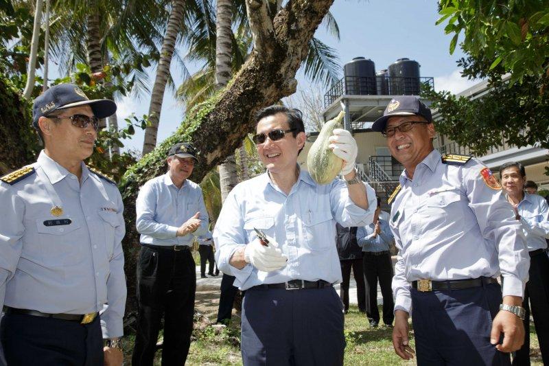 馬總統親摘太平島蔬果。(總統府提供)