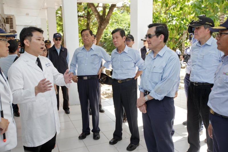 馬總統聽取南沙醫院駐院醫師簡報。(總統府提供)