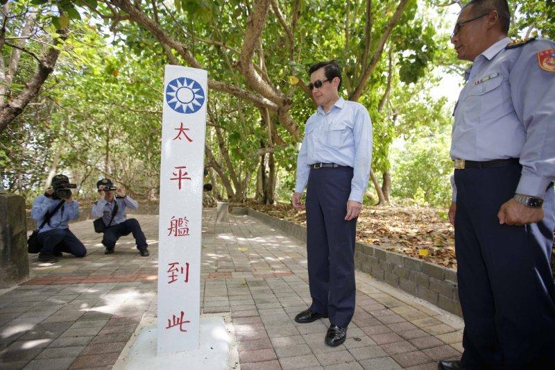 馬總統現勘太平艦抵島紀念碑。(總統府提供)