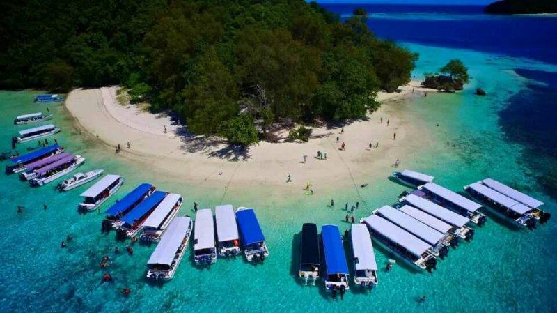 帛琉水淺且清,搭乘遊船出海非常安全。(圖/邱宏照提供)
