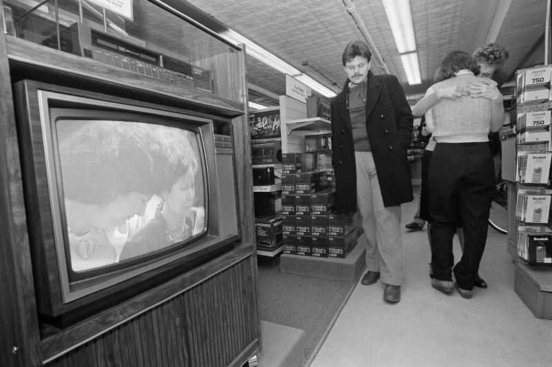 爆炸發生後,美國民眾藉由電視了解當時的意外細節。(美聯社)