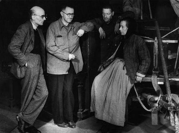 1949年,布萊希特(左二)與《勇氣母親與他的孩子們》劇組。