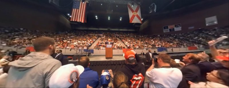 川普就像政治版的搖滾明星,直接在台上帶著群眾歡呼。(取自NYT官網)