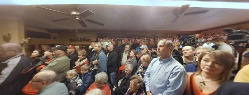 支持者聚精會神聽著競選人發表政見。(取自NYT官網)