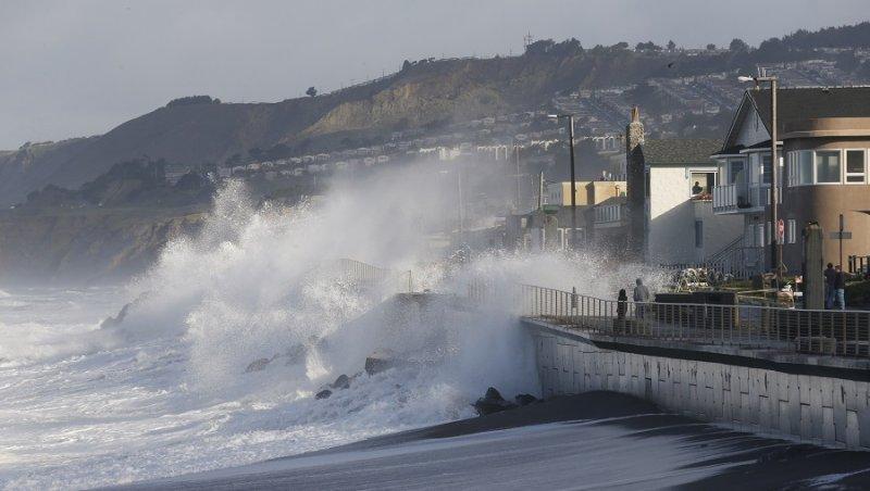 美國加州帕西菲卡的海岸23日受到聖嬰暴風掀起的巨浪襲擊(美聯社)