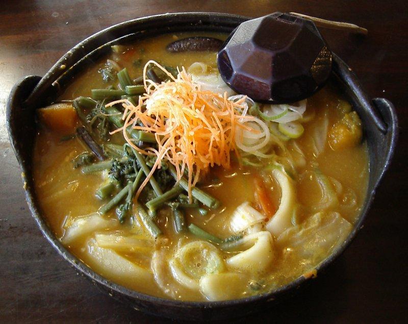 現今日本山梨縣的鄉土料理「餺飥」仍保有古風,用味噌湯頭燉煮扁烏龍麵和蔬菜。(圖/維基百科)