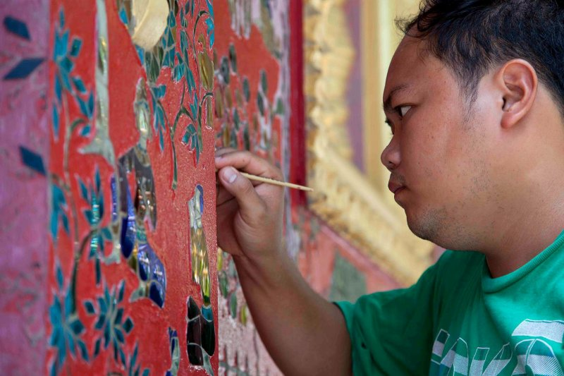 龍邦邦當地為寺廟彩繪的人員。(美聯社)