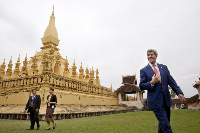 美國國務卿訪問寮國,走訪知名景點塔鑾。(美聯社)