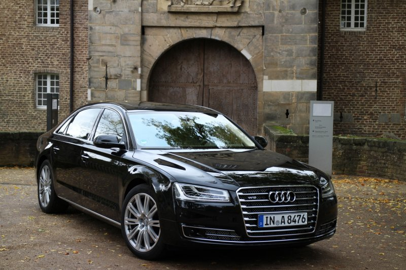 奧迪Audi A8L W12(Robert Basic@wikipedia/CC BY 2.0)https://en.wikipedia.org/wiki/Audi_A8#/media/File:Audi_A8_2013_(11209850785).jpg