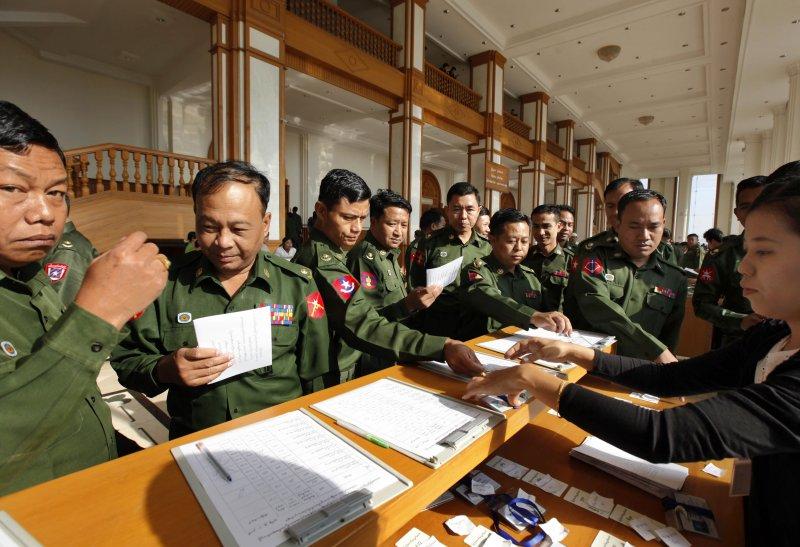 29日,即將卸任的軍方議員準備出席最後一次會期(美聯社)