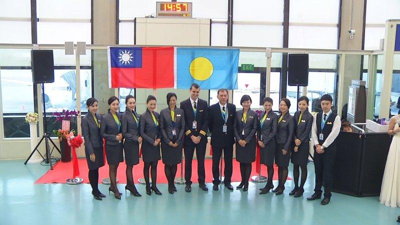 帕勞航空的空服員全程中文服務,提供旅客備感親切的飛航體驗。圖/帕勞百悅旅行社提供