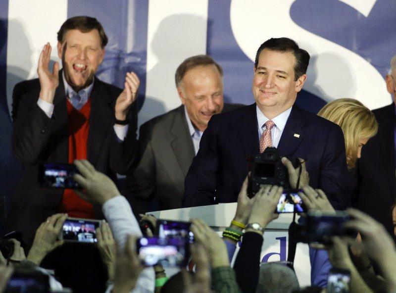 爭取共和黨提名的克魯茲(右)1日在愛荷華州初選中擊敗川普。(美聯社)