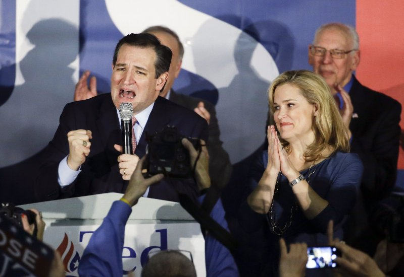 在共和黨初選中獲勝的現任德州聯邦參議員克魯茲(左)。(美聯社)