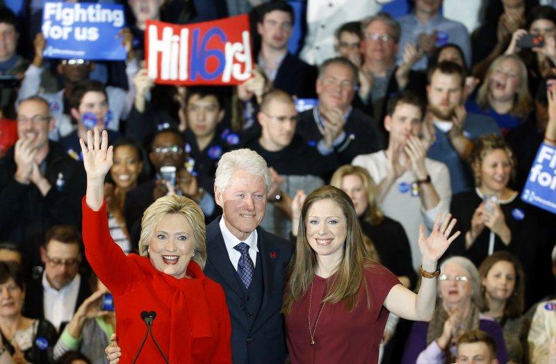 在民主黨愛州初選中險勝的希拉蕊全家福。(美聯社)