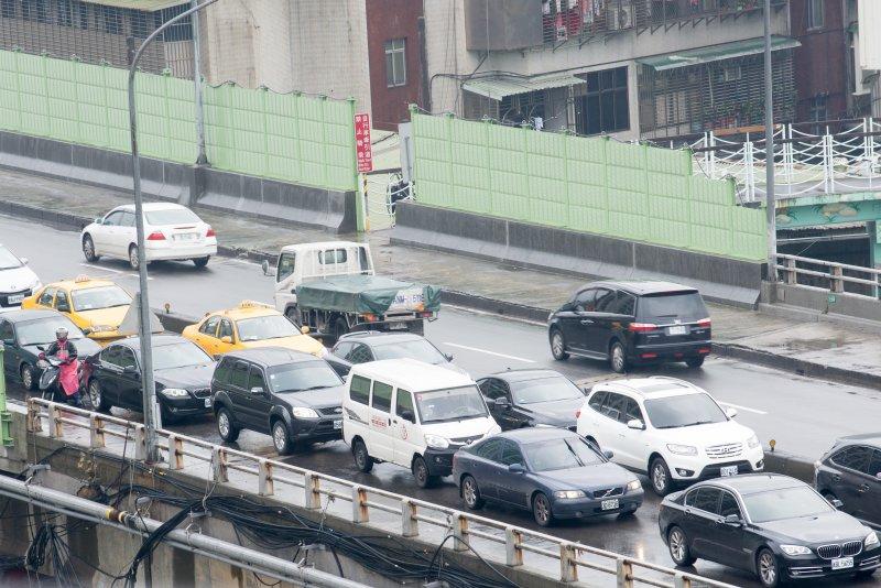台北塞車問題最近炒得火熱,圖為早上九點上班通勤時間台北市區往內湖方向成功橋一景。(林俊耀攝)