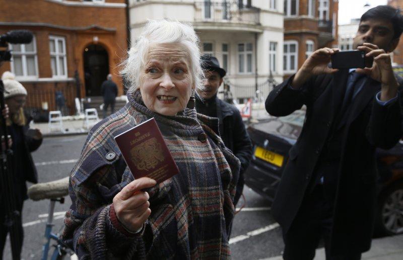 時尚教母魏斯伍德(Vivienne Westwood)也到場聲援阿桑奇(美聯社)