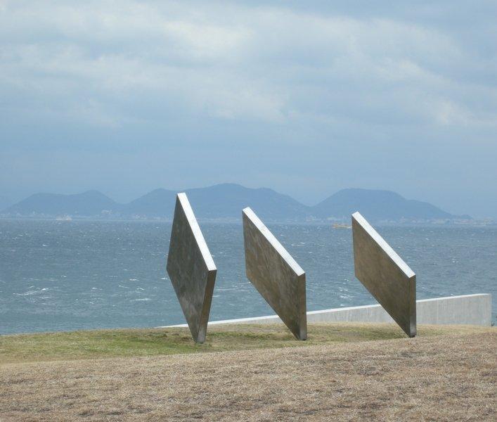 直島瀨戶內海灣邊的公共藝術.JPG楊曼芬提供