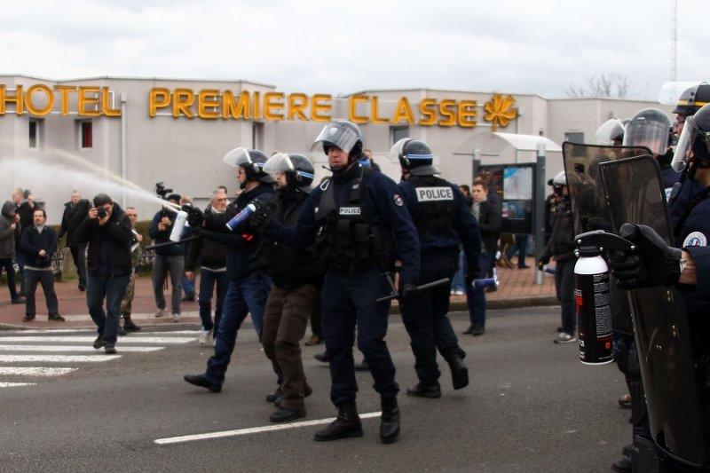 法國警方在遊行活動中使用催淚瓦斯(美聯社)