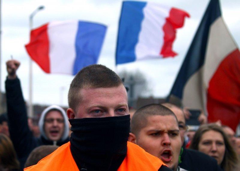 於法國加萊舉行示威活動的Pegida支持者(美聯社)