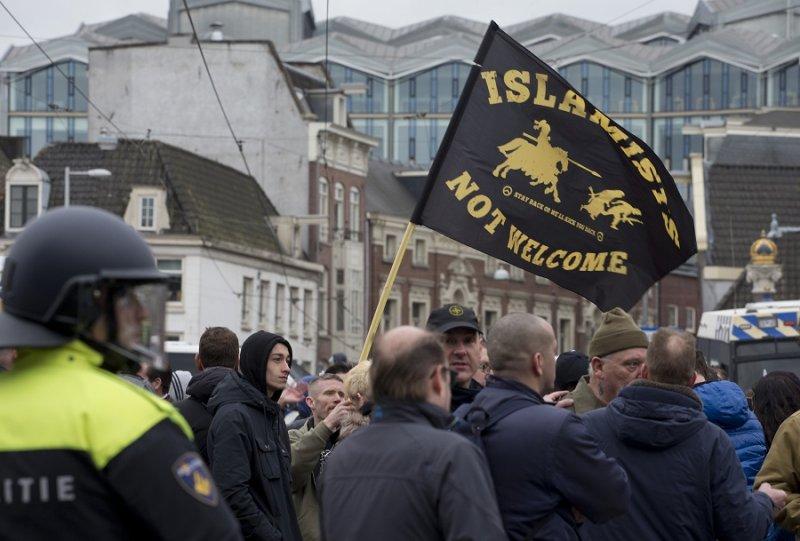 荷蘭阿姆斯特丹警方分開支持與反對移民的示威民眾(美聯社)