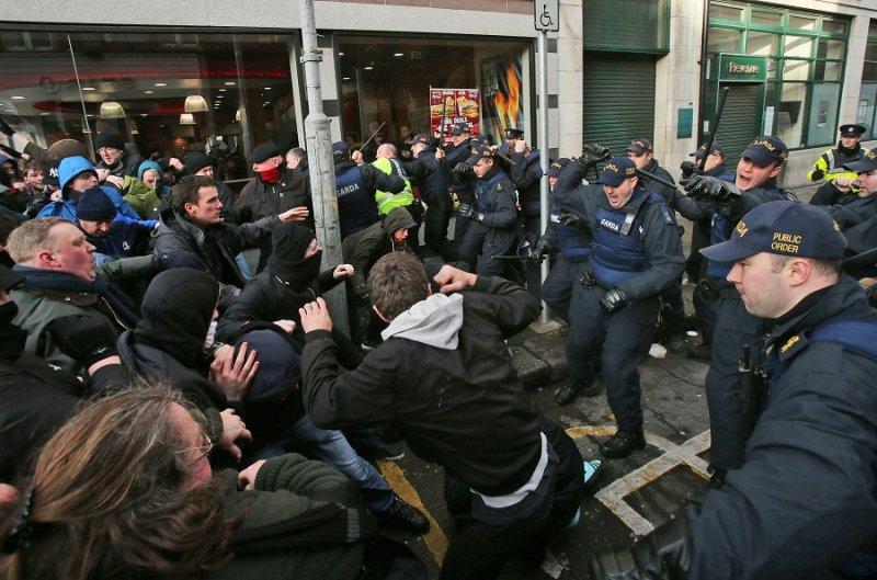 愛爾蘭警方與反種族主義的民眾爆發衝突(美聯社)