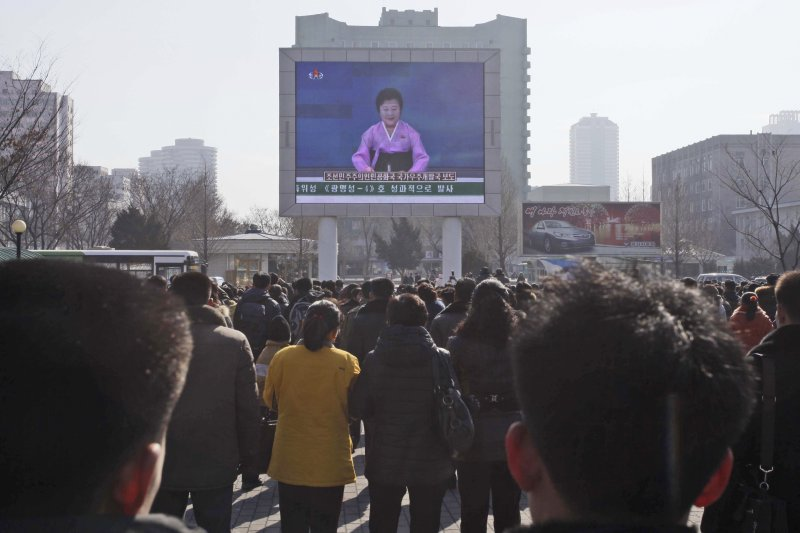 北韓民眾在廣場觀看自家電視台宣布「衛星」發射成功(美聯社)