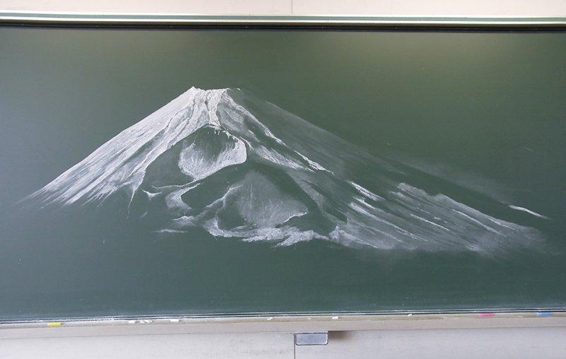 茨城縣水戶櫻之牧高中2名學生,以最簡單的白色粉筆繪出壯闊的富士山。(翻攝活動臉書)